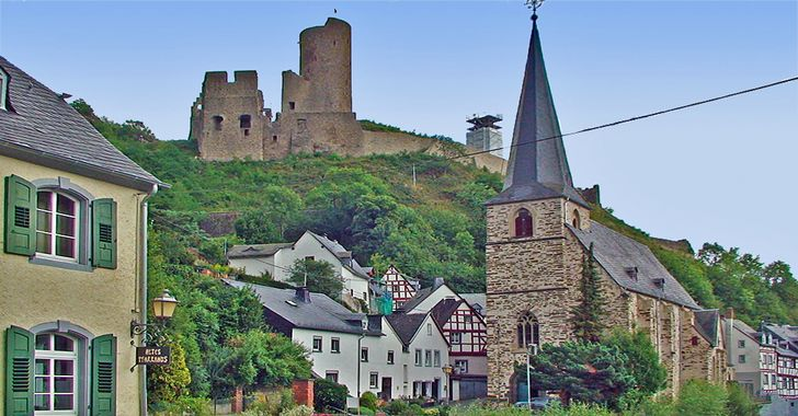 Monreal - Blick auf die di Kirche und die Löwenburg