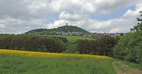 Geopfad Olbrücker Burgpanorama – Blick auf die Burg Olbrück auf einem Vulkanhügel