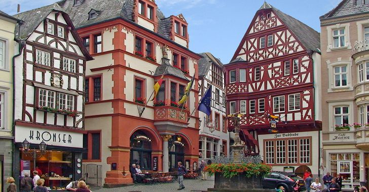 Bernkastel-Kues - der mittelalterliche Marktplatz mit Rathaus, Giebelfachwerkhäusern und Brunnen