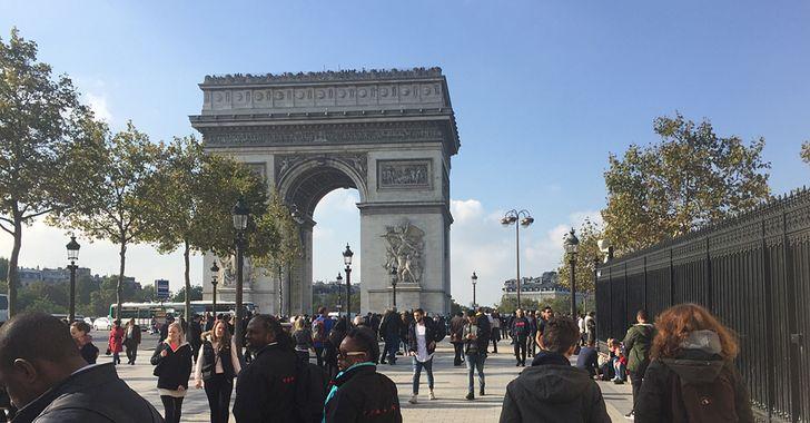 Paris – Besucher am Arc de Triomphe