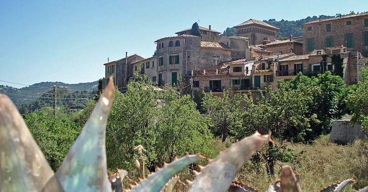 Mallorca – Blick auf das im Gebirge liegende Valldemossa