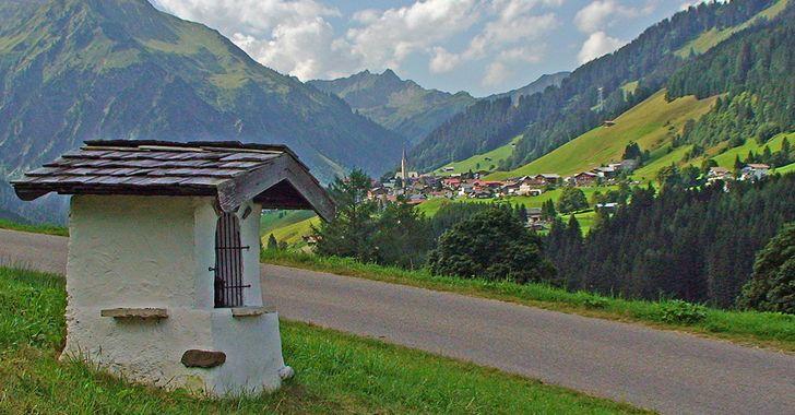 Kleinwalsertal - Blick von Süden auf das 1200 hoch gelegene Mittelberg