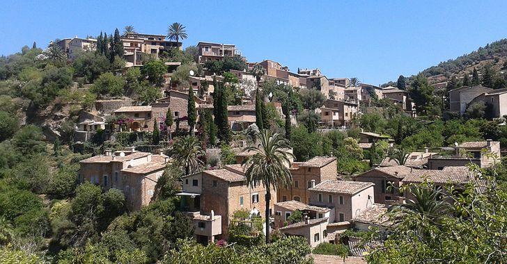 Mallorca - Deià - Panorama - verschachtelte Steinhäuser mit Eichen und Palmen