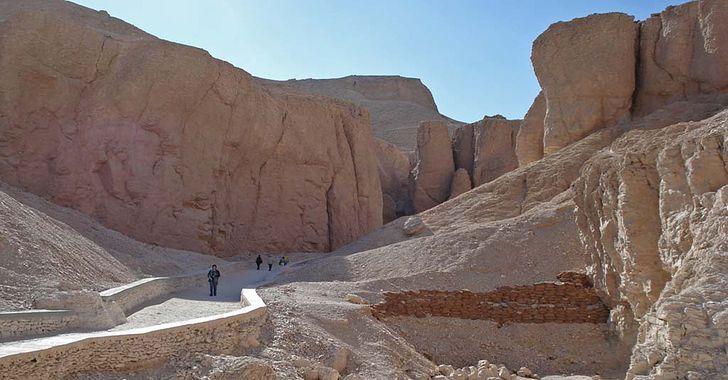 Ägypten – im kargen Tal der Könige sind 64 Gräber sind bisher 64 Gräber entdeckt, darunter das von Tutanchamun.