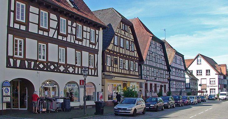 Zell am Harmersbach - Blick auf die Hauptstraße mit Rathaus