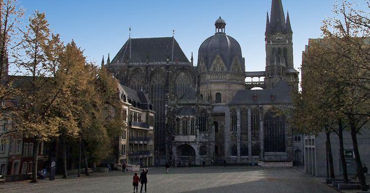 Aachen - Nordansicht des Aachner Doms in der Fußgängerzone