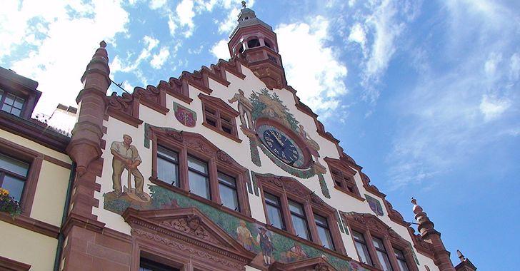 Wolfach - Fassade des Rathauses an der Hauptstraße