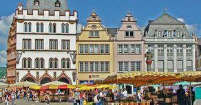 Trier - historische Häuser am Marktplatz im Zentrum