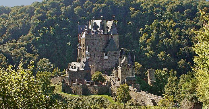 Burg Eltz – Blick in das Elztal mit der prächtigen Burganlage