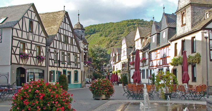Kobern-Gondorf – Blick auf den Marktplatz mit Fachwerkhäusern von Kobern