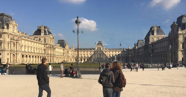 Paris – Gebäude des Museum Louvre mit der Pyramide
