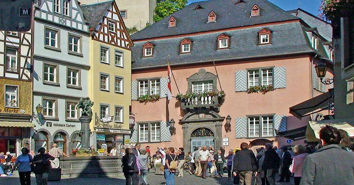 Cochem - Marktplatz mit Brunnen und barockem Rathaus 1739