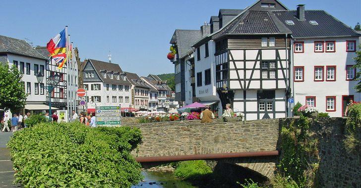 Bad Münstereifel – Blick auf Steinbrücke und Fachwerkhäuser
