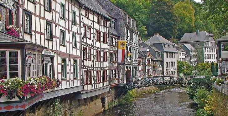 Monschau - der typische Blick auf die Fachwerkhäuser über der Rur