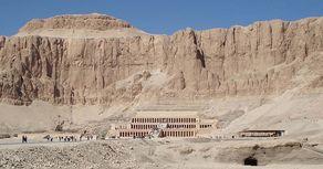Ägypten – Totentempel der Pharaonin Hatshepsut neben dem Tal der Könige.